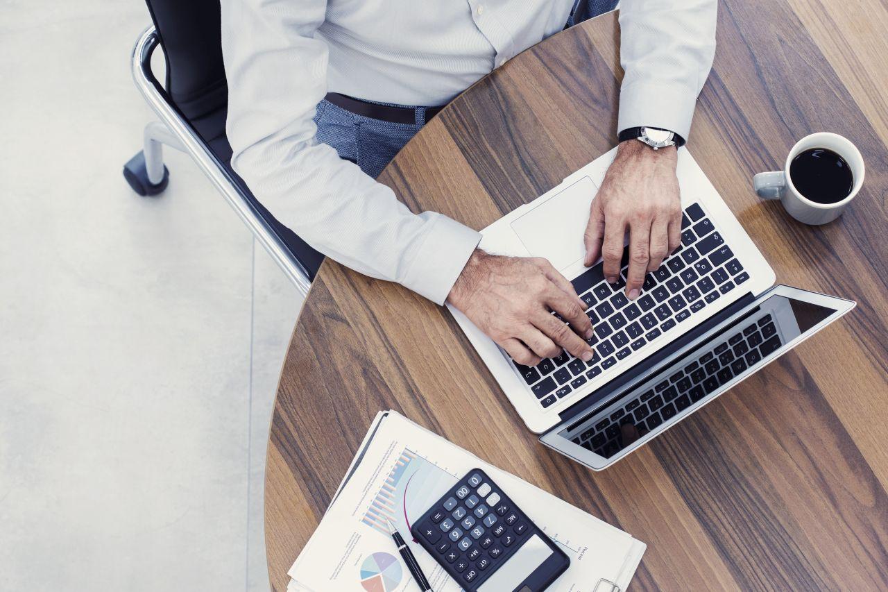 Jak jednoosobowa firma może płynnie opłacać i wystawiać faktury?