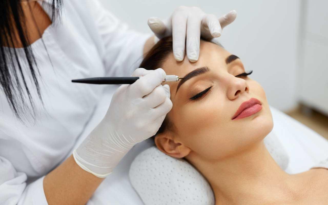 Jak nauczyć się usuwania makijażu permanentnego oraz innych zabiegów z zakresu kosmetologii?