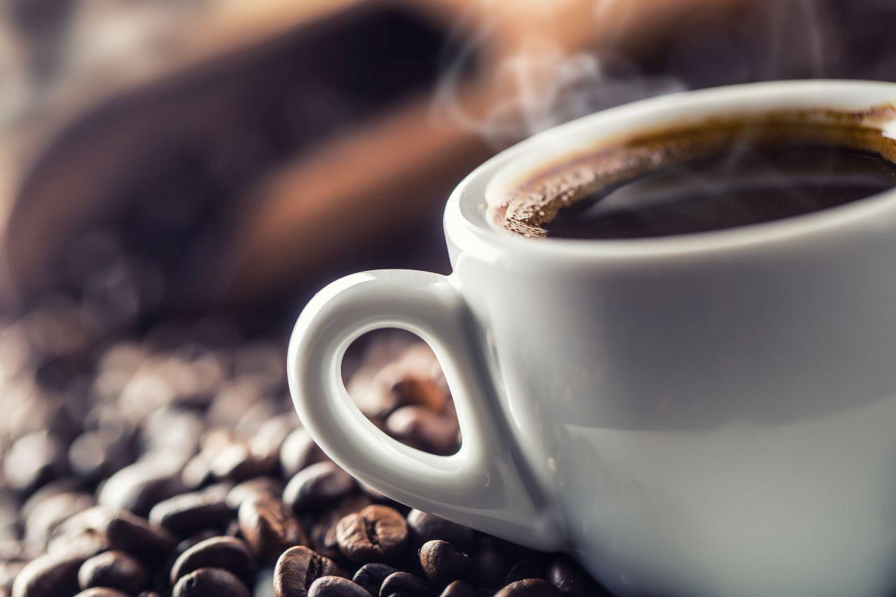 Aromatyczna kawa ziarnista? Zacznij stosować filtry do wody