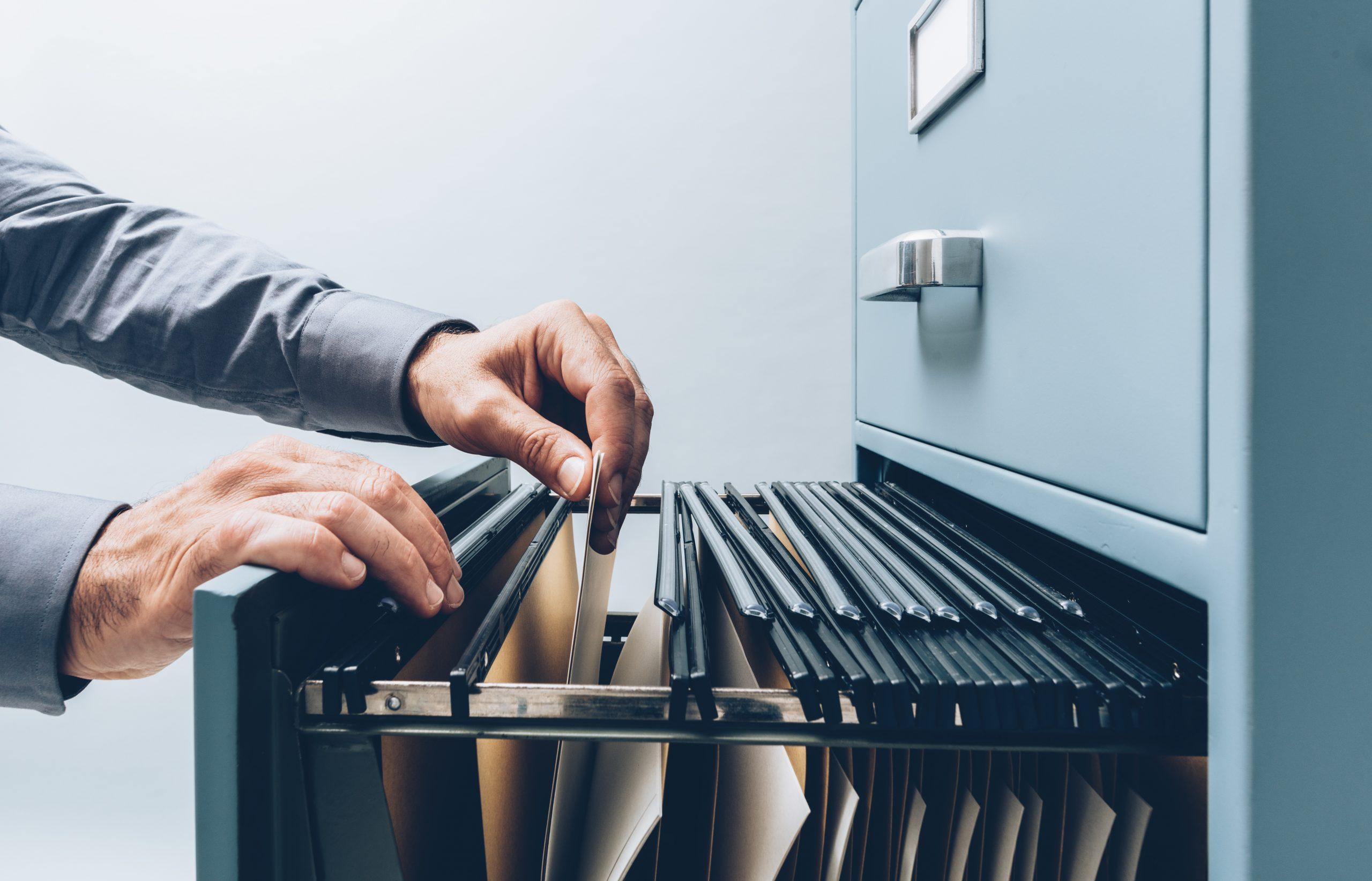 Jak w sposób uporządkowany przechowywać dokumentację w biurze?