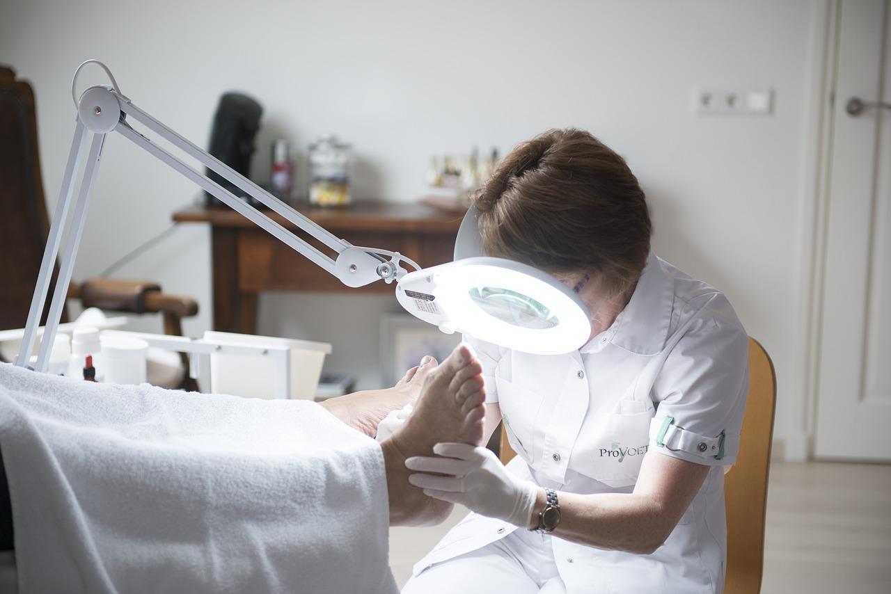 Wrastanie paznokci – przyczyny i leczenie