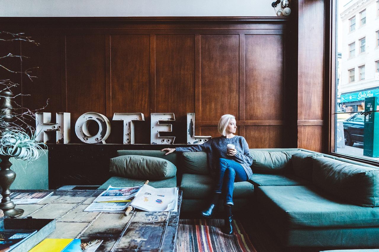 Jakie pomysłowe rozwiązania można zastosować w aranżacji hotelowych wnętrz?