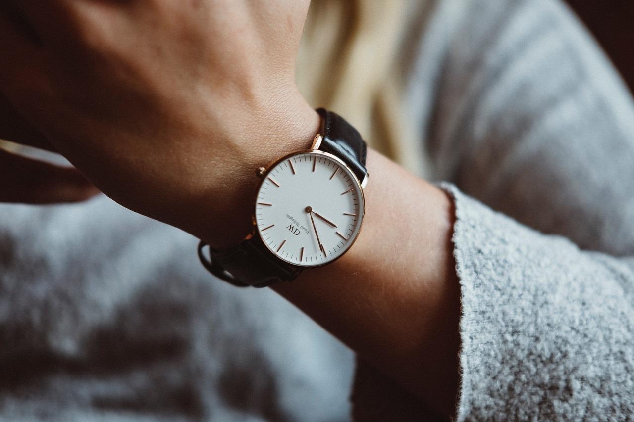 Z jakimi typami ubrań łączyć klasyczne zegarki?
