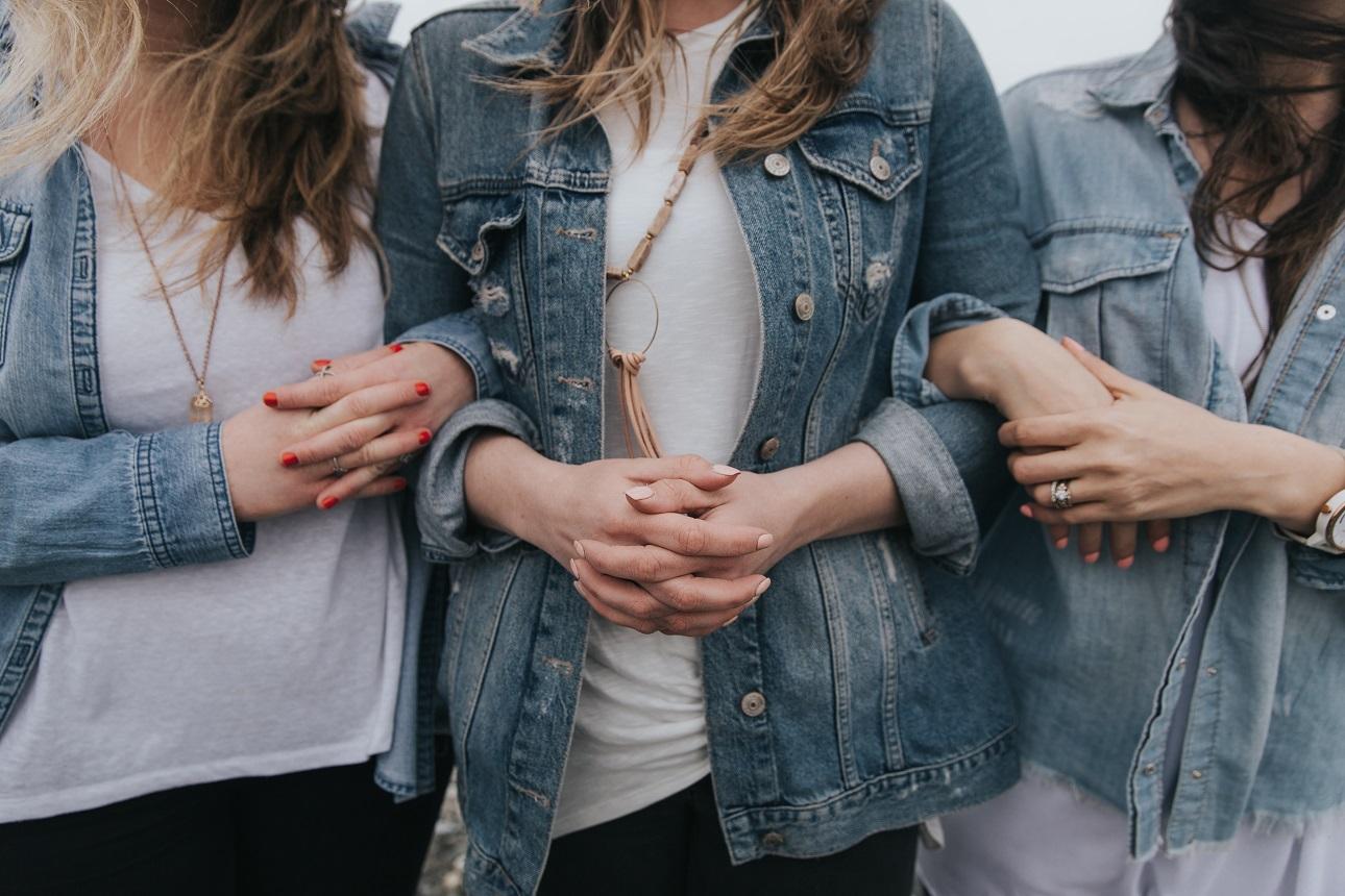 Jak zamienić zwykłą jeansową kurtkę w dzieło sztuki?