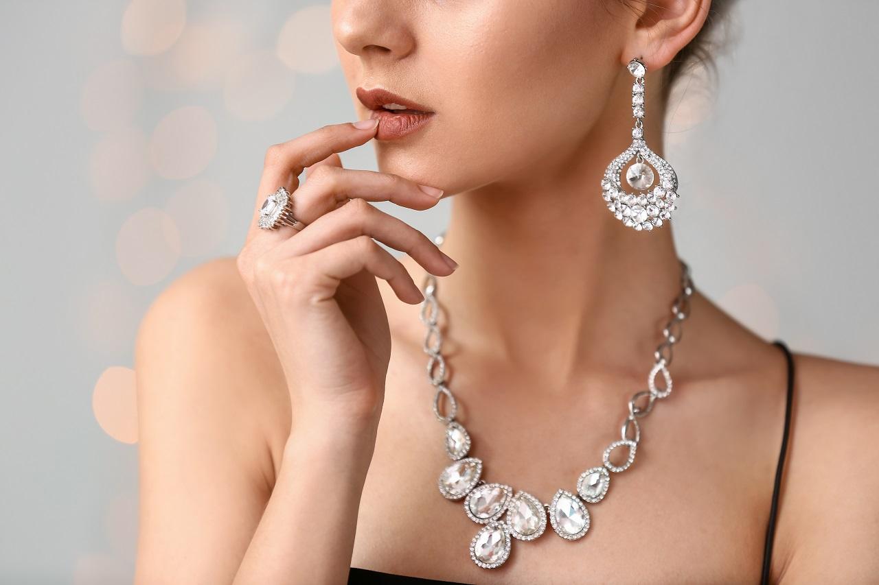 Jak dobrać odpowiednią biżuterię do stylizacji?