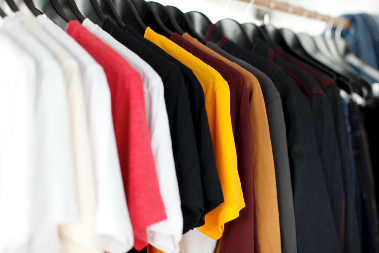 Koszulki firmowe – komu warto je sprezentować?